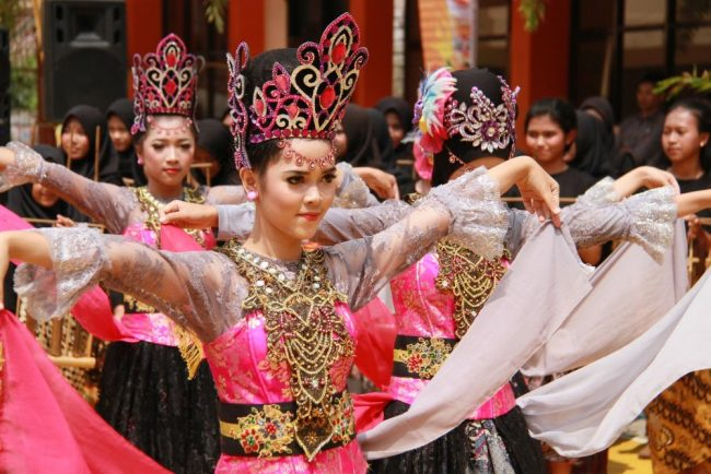 Indonesian girls traditional dressing